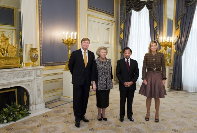 Vier ongekozen semi-staatshoofden van monarchieën op een rijtje in Brunei.