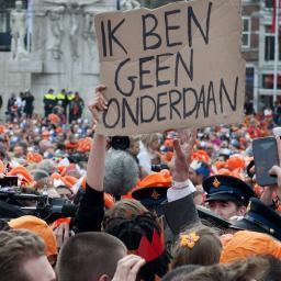 """Theo Maessen en Joanna van der Hoek (Nieuw Republikeins Genootschap); """"Ik ben geen onderdaan"""", hetgeen betekent """"Ik ben geen onderhorige slaaf""""..."""