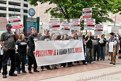 """Veel mensen op de wereld, waaronder ik, beschouwen psychiatrie onder dwang als kwakzalverij en misbruik! Daarvoor is ook voldoende bewijsmateriaal uit het verleden met allerlei sadistische psychiaters! Bovendien ben ik een persoon met een universitair denkniveau en is er geen wetenschappelijk bewijs te overleggen voor de """"medische ziektebeelden"""", als omschreven in het handboek DSM V."""